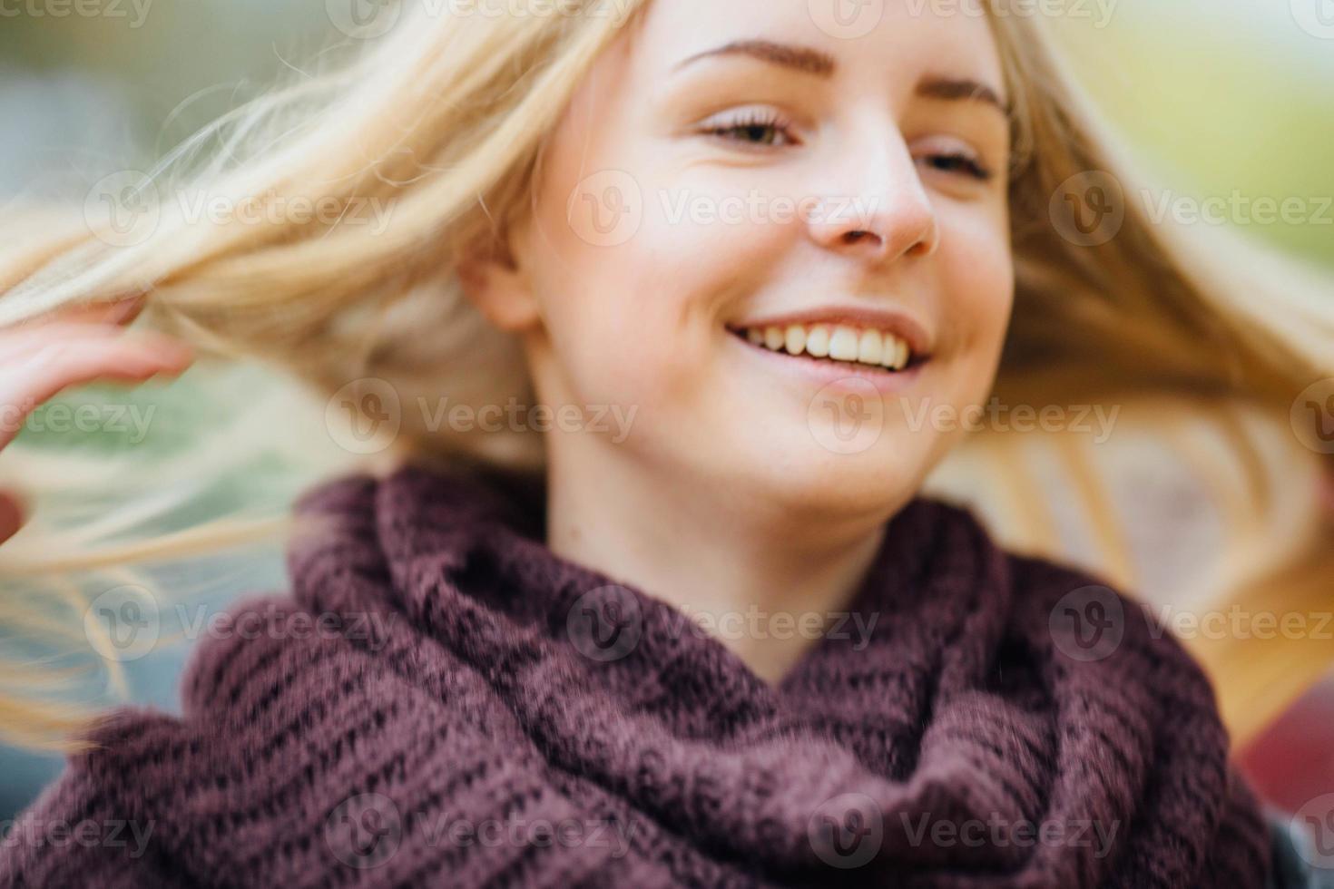 ung kvinna med höstlöv på huvudet. foto