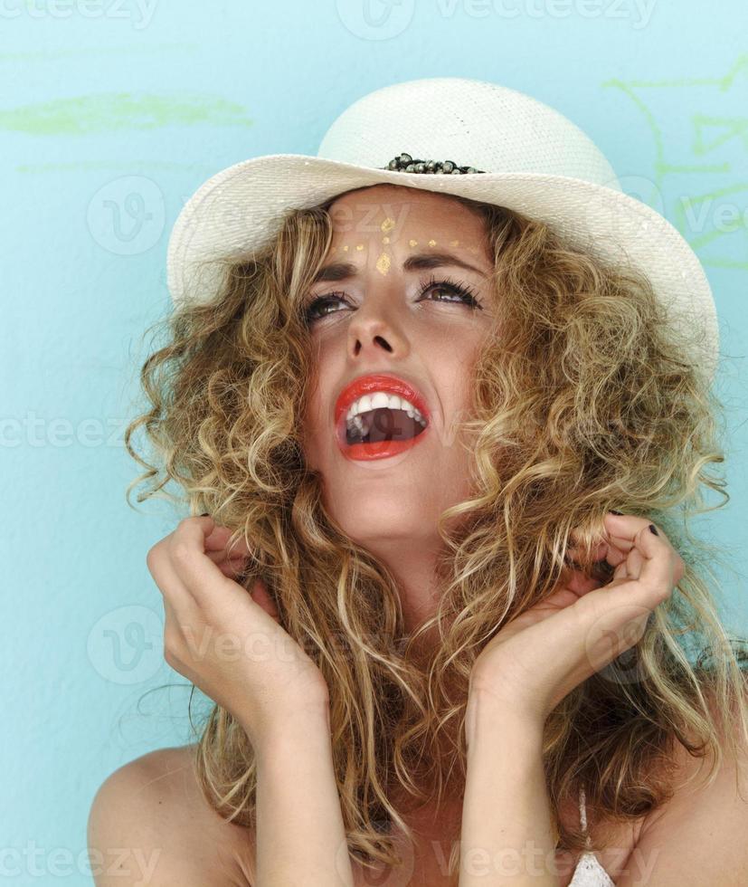 vackra unga kvinnor skriker. foto