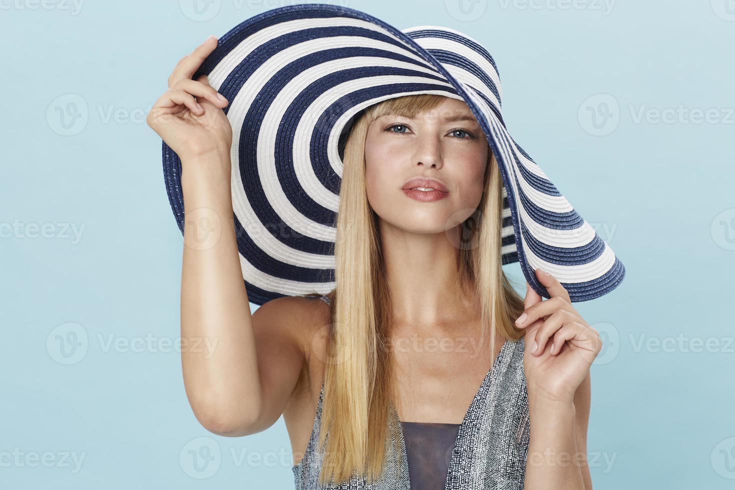 underbar ung kvinna i randig hatt foto