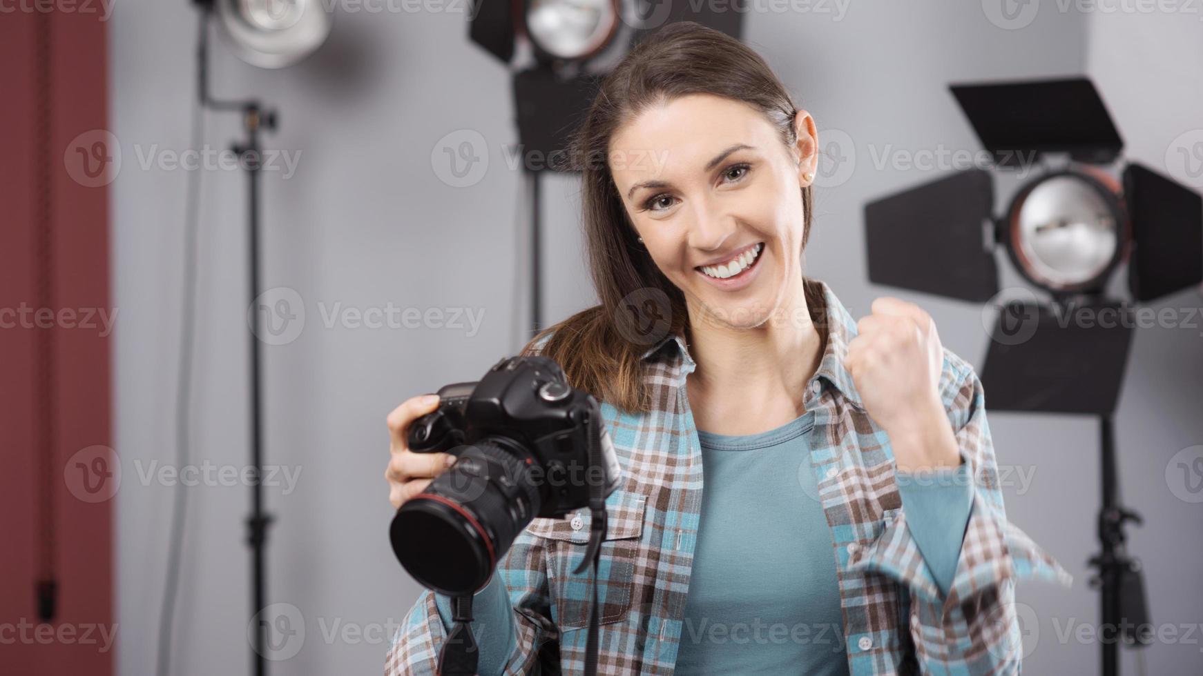 fotograf poserar i en professionell studio foto