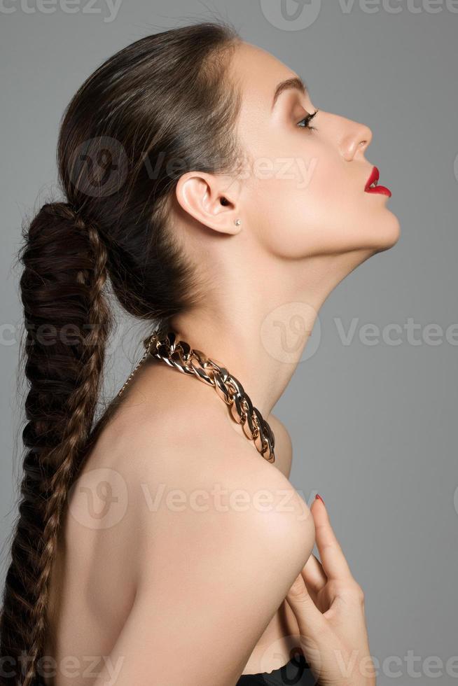 porträtt av ung vacker brunettkvinna foto