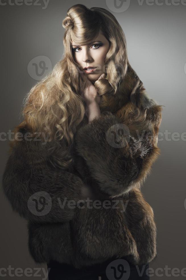 modekvinna med elegant päls foto