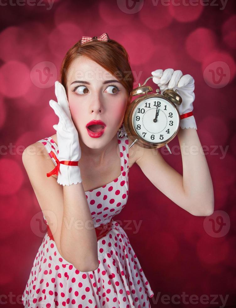 vackra rödhåriga kvinnor med klocka. foto