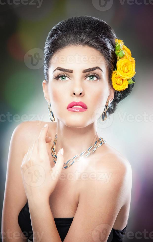 vacker kvinnlig konststående med gula rosor foto