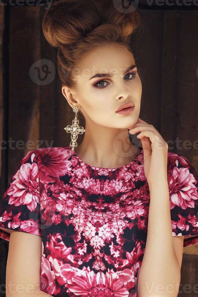 vacker flicka i rosa dresson grunge bakgrund blad foto