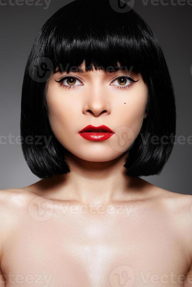 vacker kvinna med mode smink och lång bob frisyr foto
