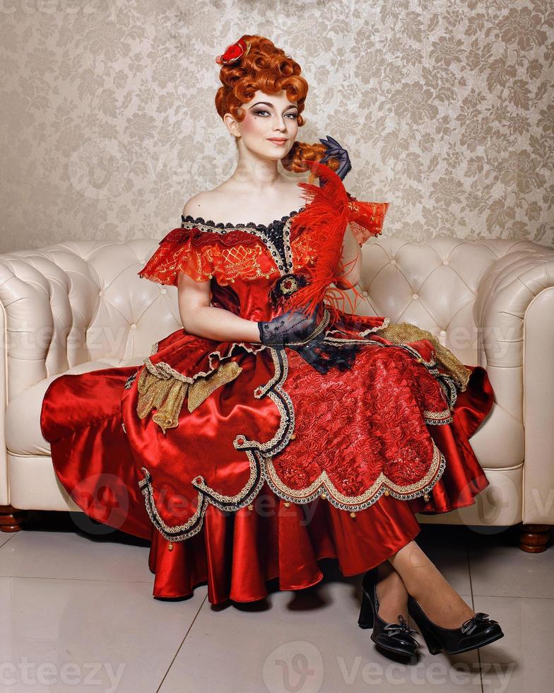 ung flicka röd klänning foto