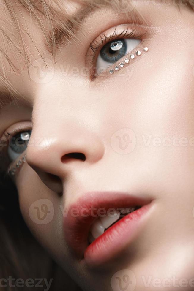 närbild porträtt av en ung flicka i tröja studion foto