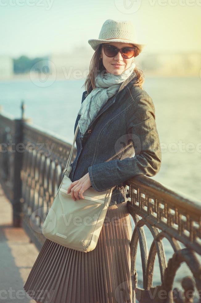 vacker kvinna i hatt och halsduk foto