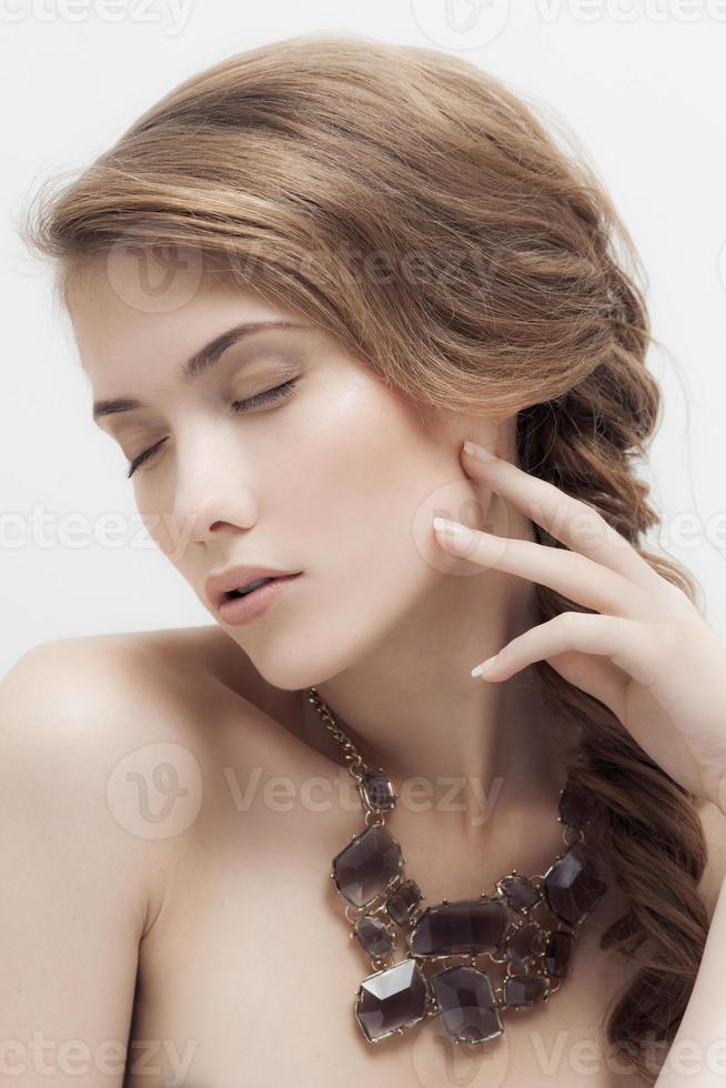 mode porträtt av vacker lyx kvinna med isolerade smycken foto