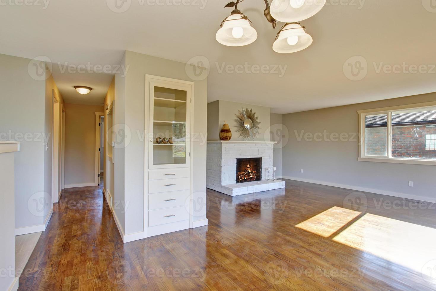 hårt trä vardagsrum med öppen spis. foto