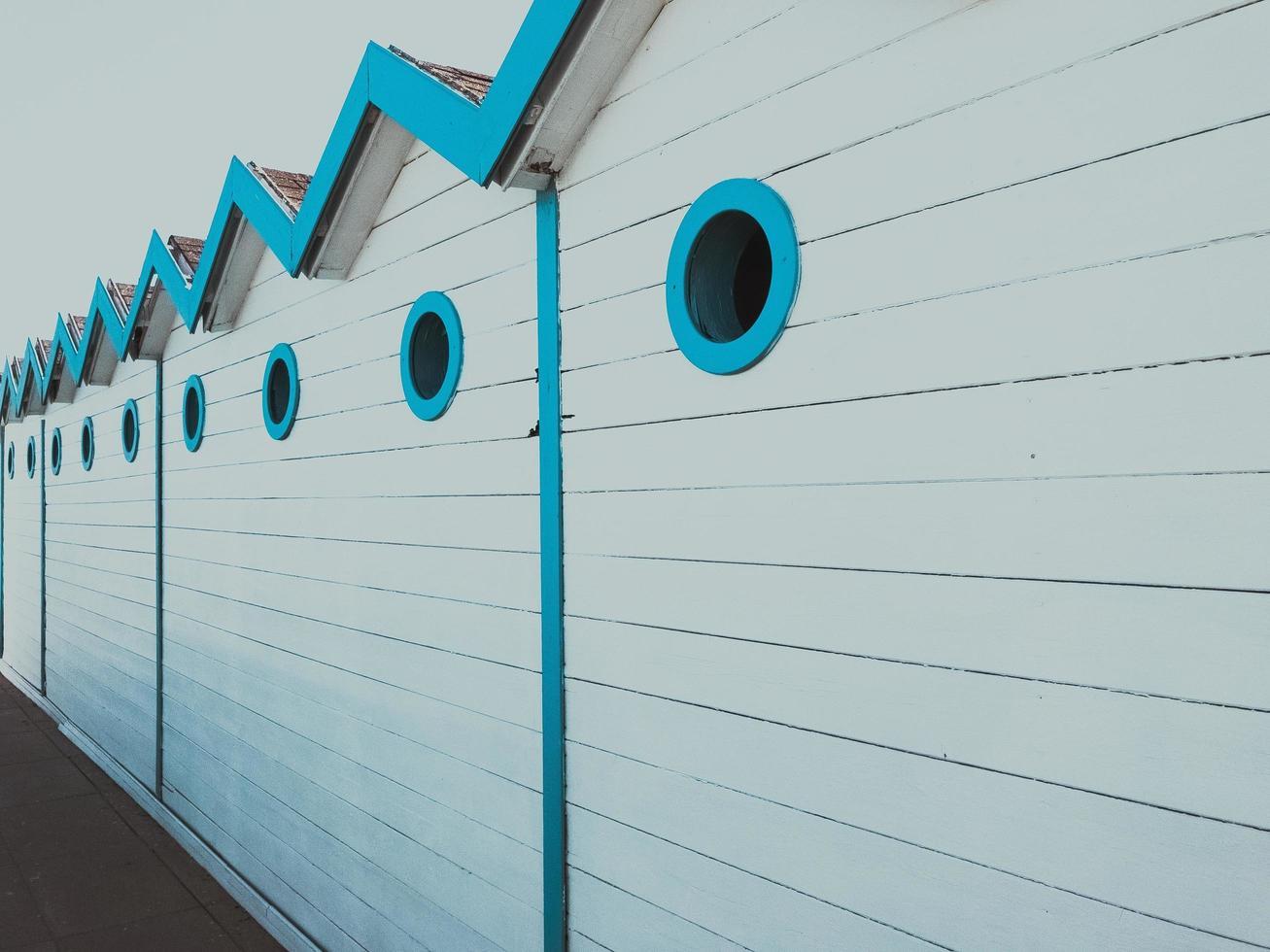 vit och blå byggnad sidospår foto