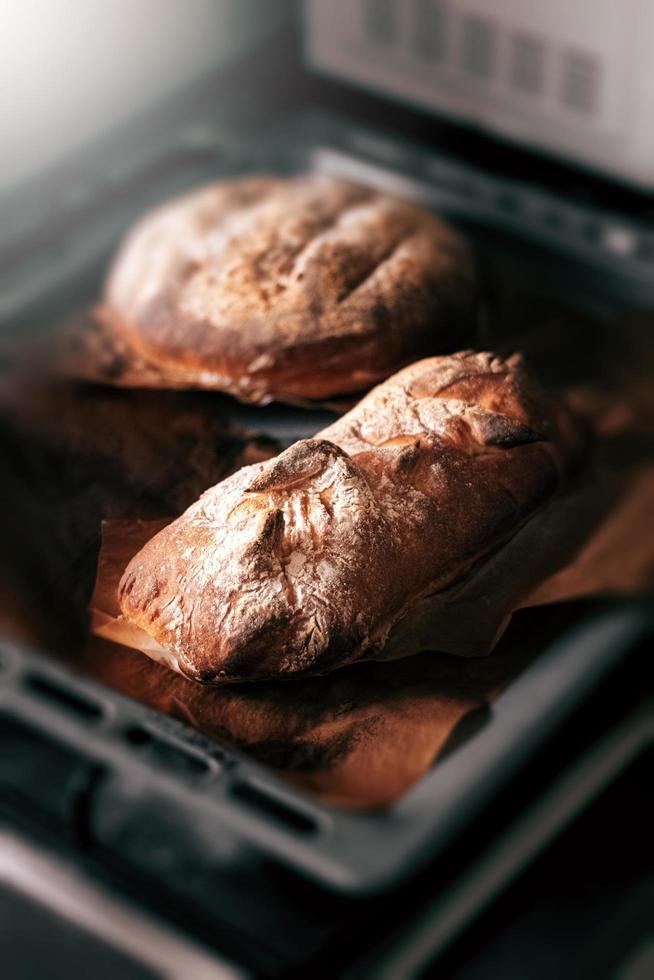 färskt brunt bröd foto