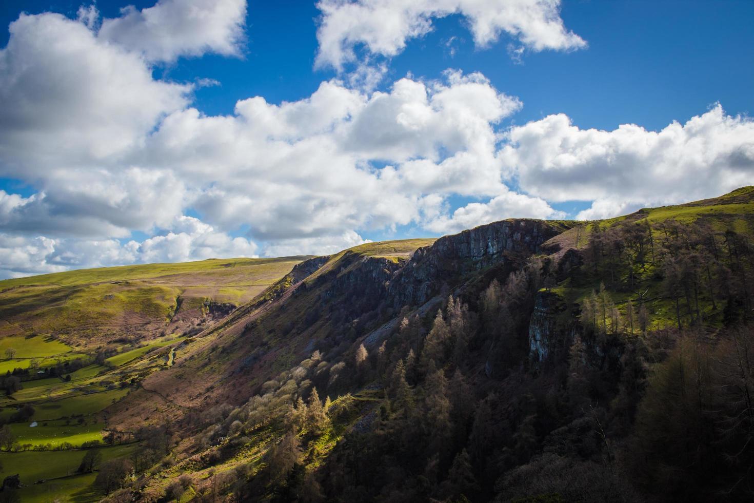 grönt berg på dagtid foto