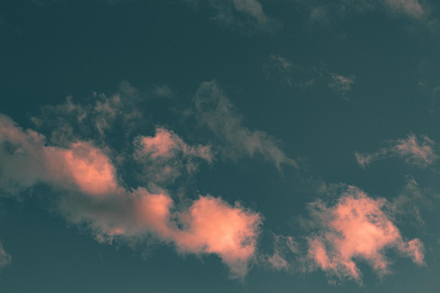 rosa moln vid solnedgången foto