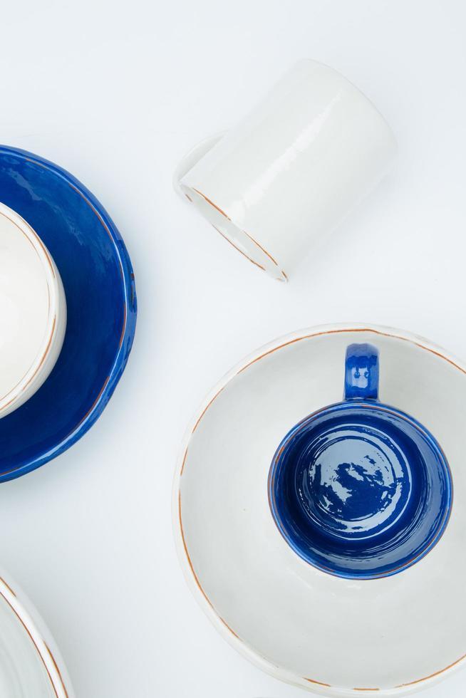 vit och blå keramik foto