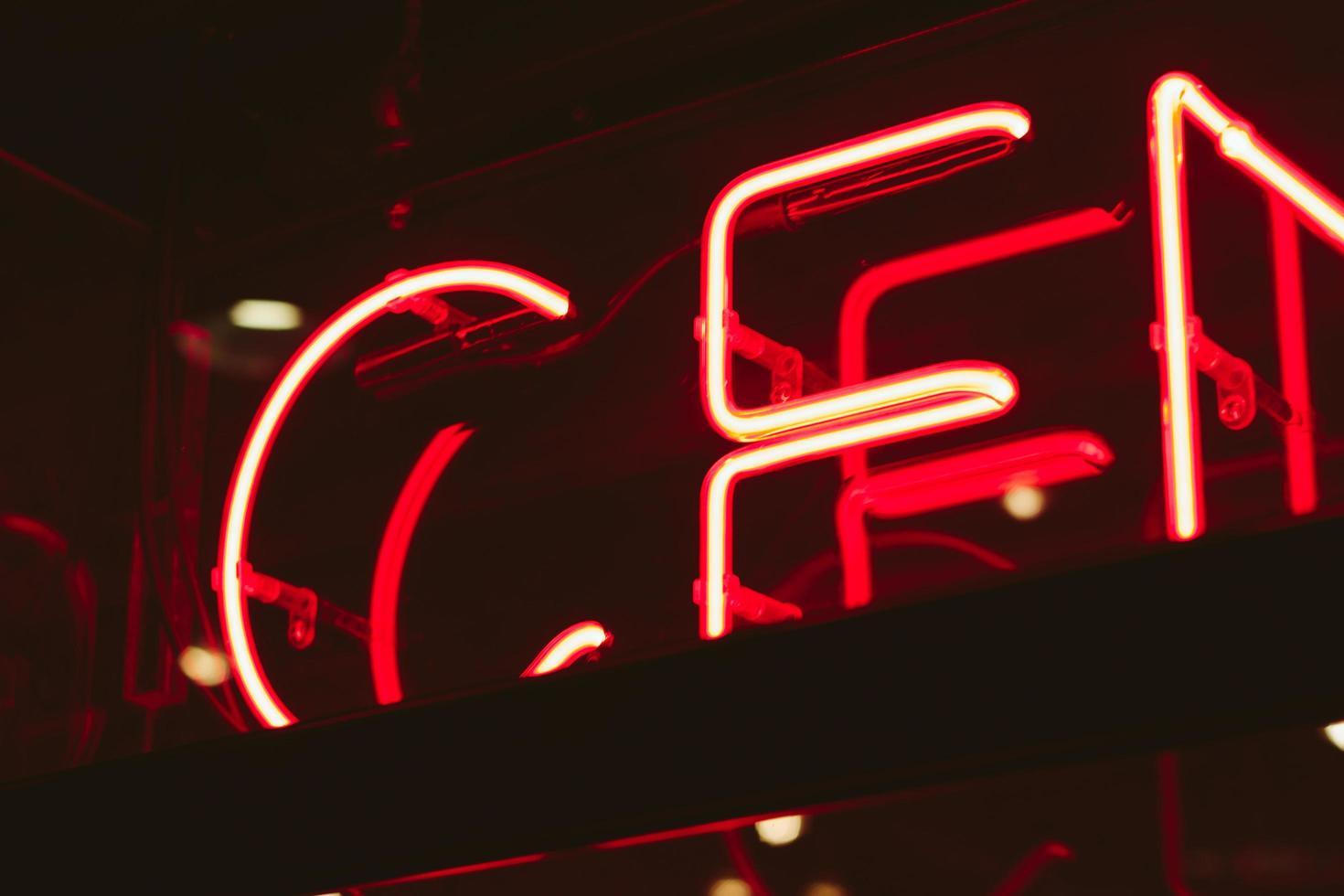röd neon skyltning foto