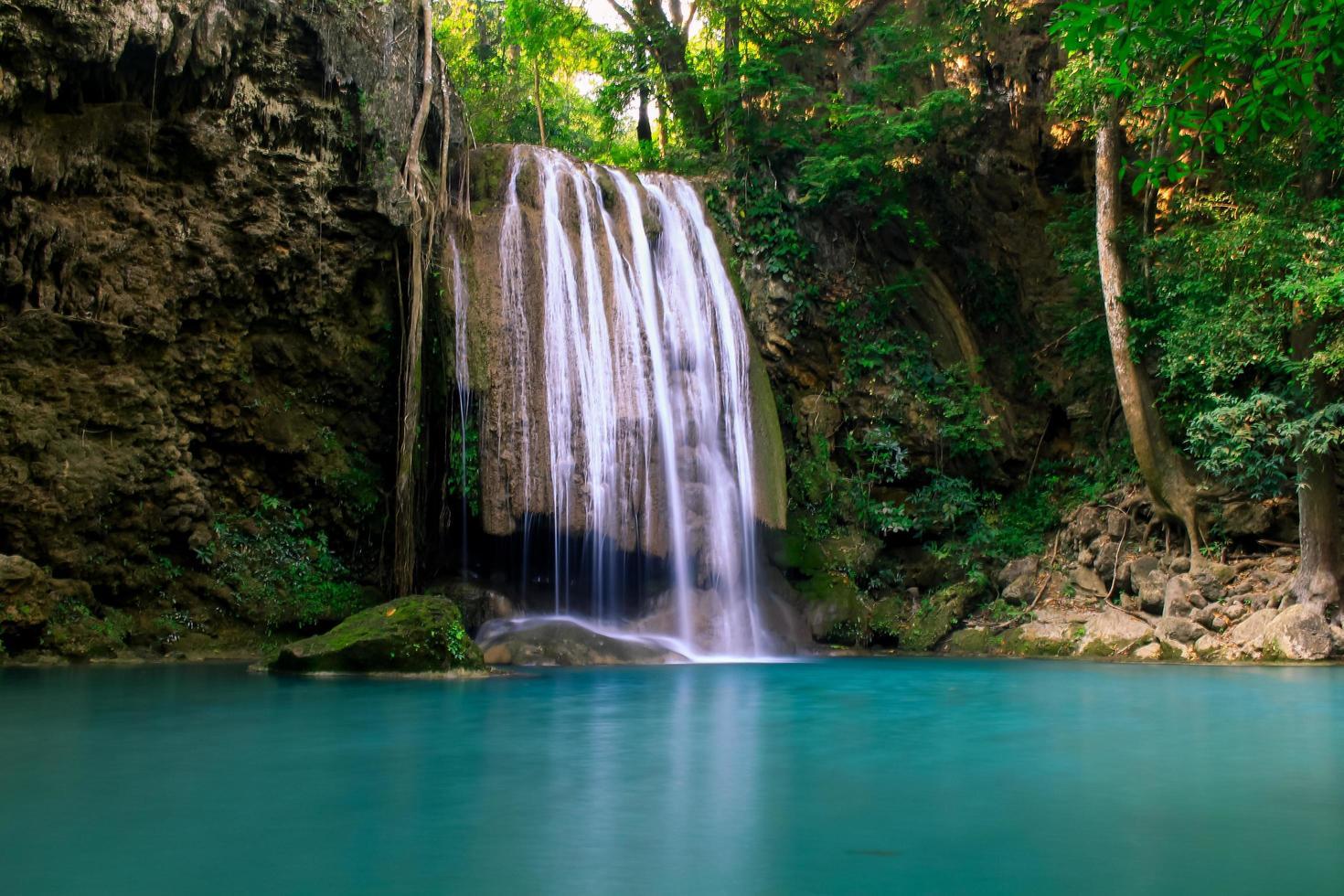 Erawan vattenfall i en skog foto