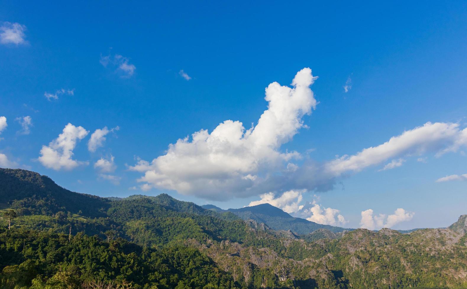 berg och blå himmel foto