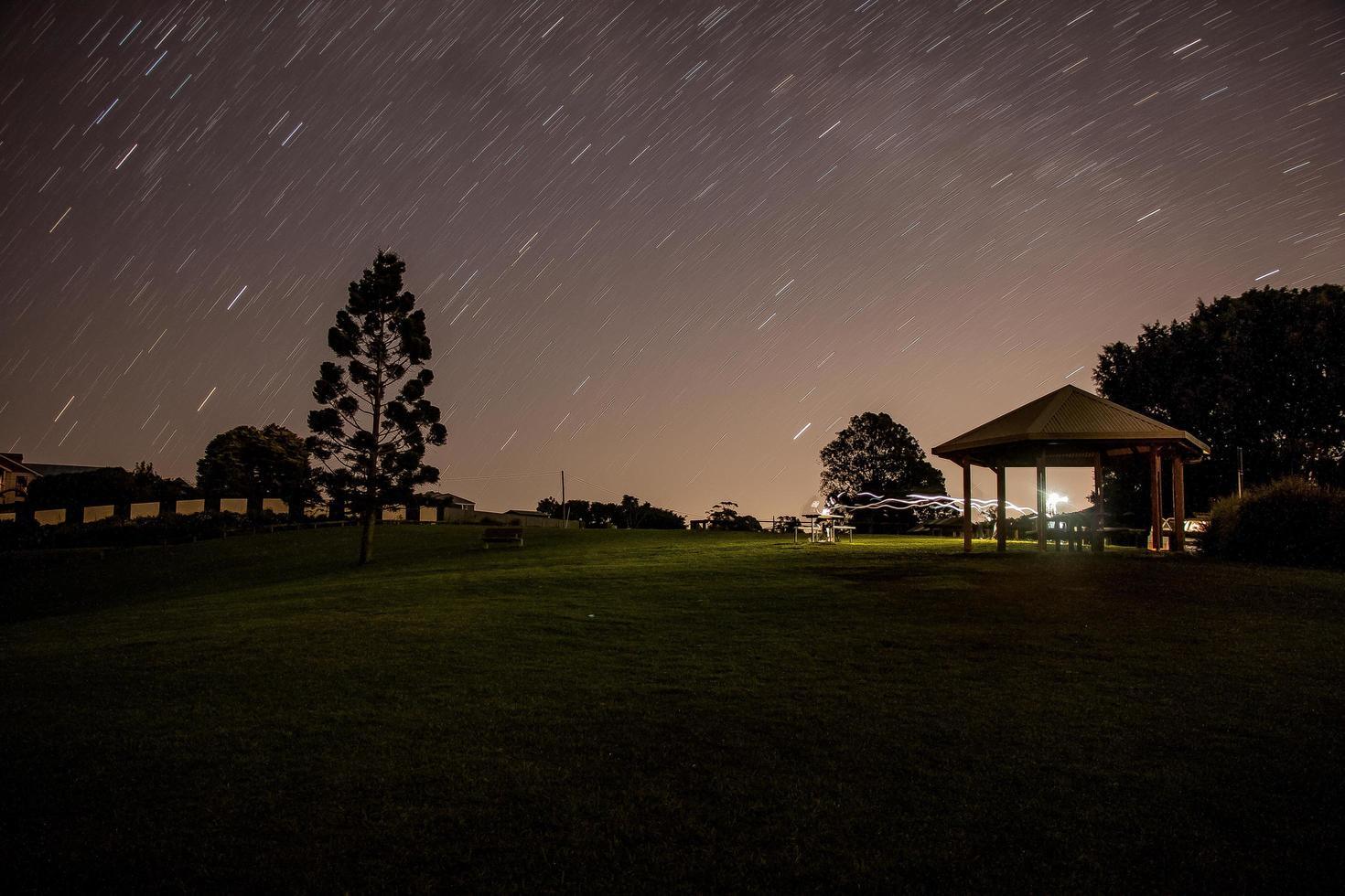 brunt lusthus under stjärnklar natt foto