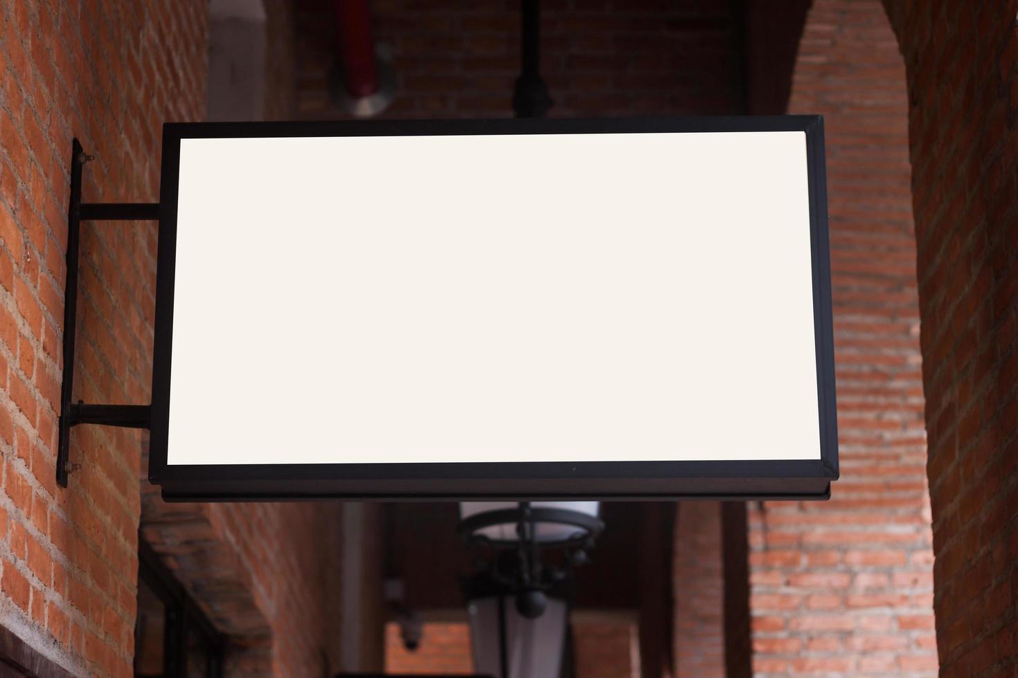 vit skylt på tegelvägg foto