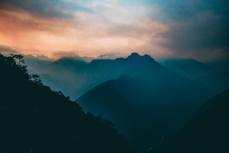 solnedgång berg med dimma foto