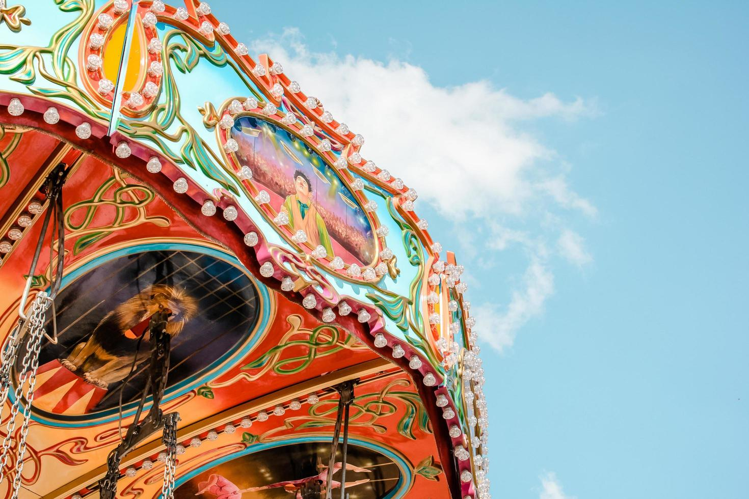 färgglad nöjesfärd mot blå himmel foto