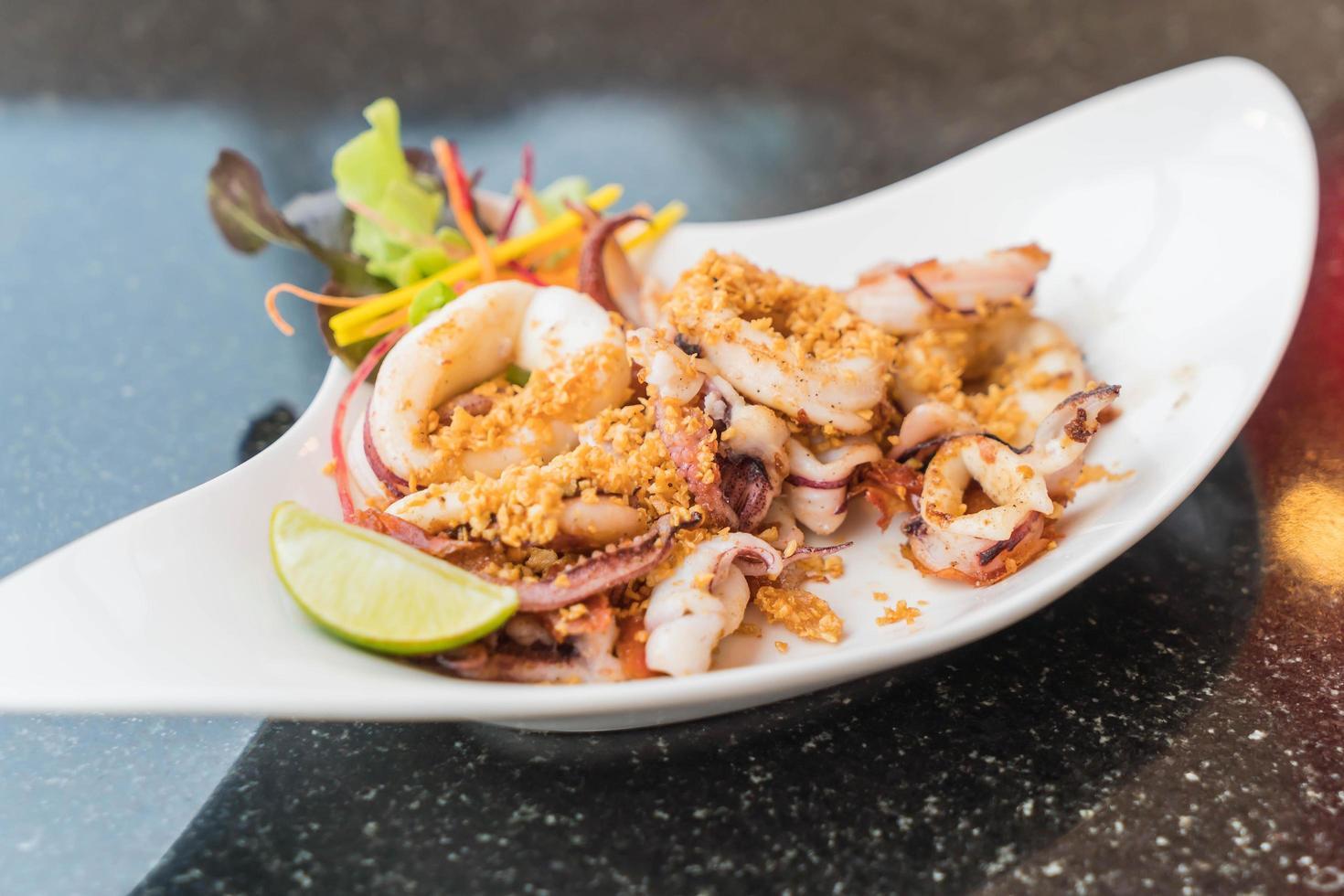 stekt bläckfisk med vitlök på en tallrik foto