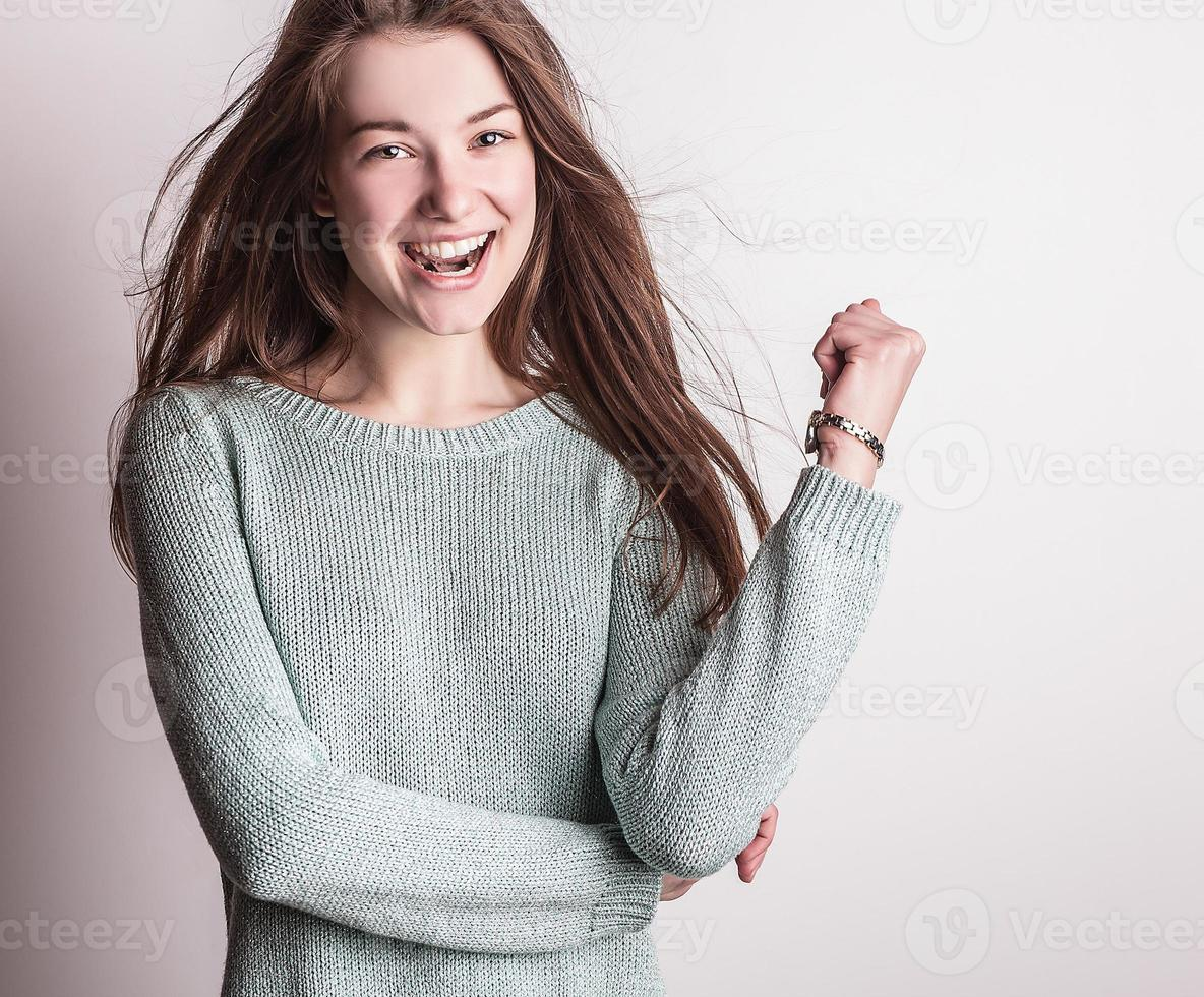 porträtt av en ung skönhet. närbildstudiofoto. foto