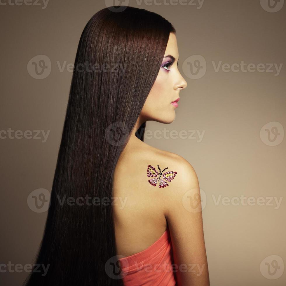 modefoto av en ung kvinna med mörkt hår foto