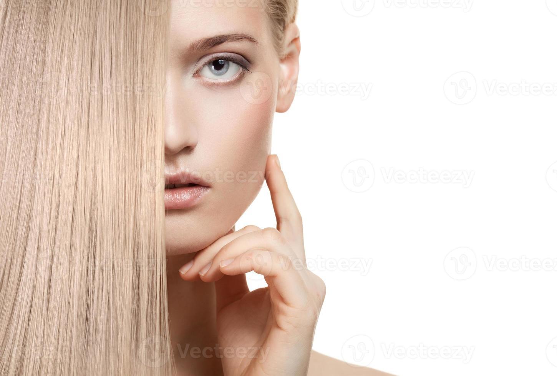 vacker blond tjej. friskt långt hår foto