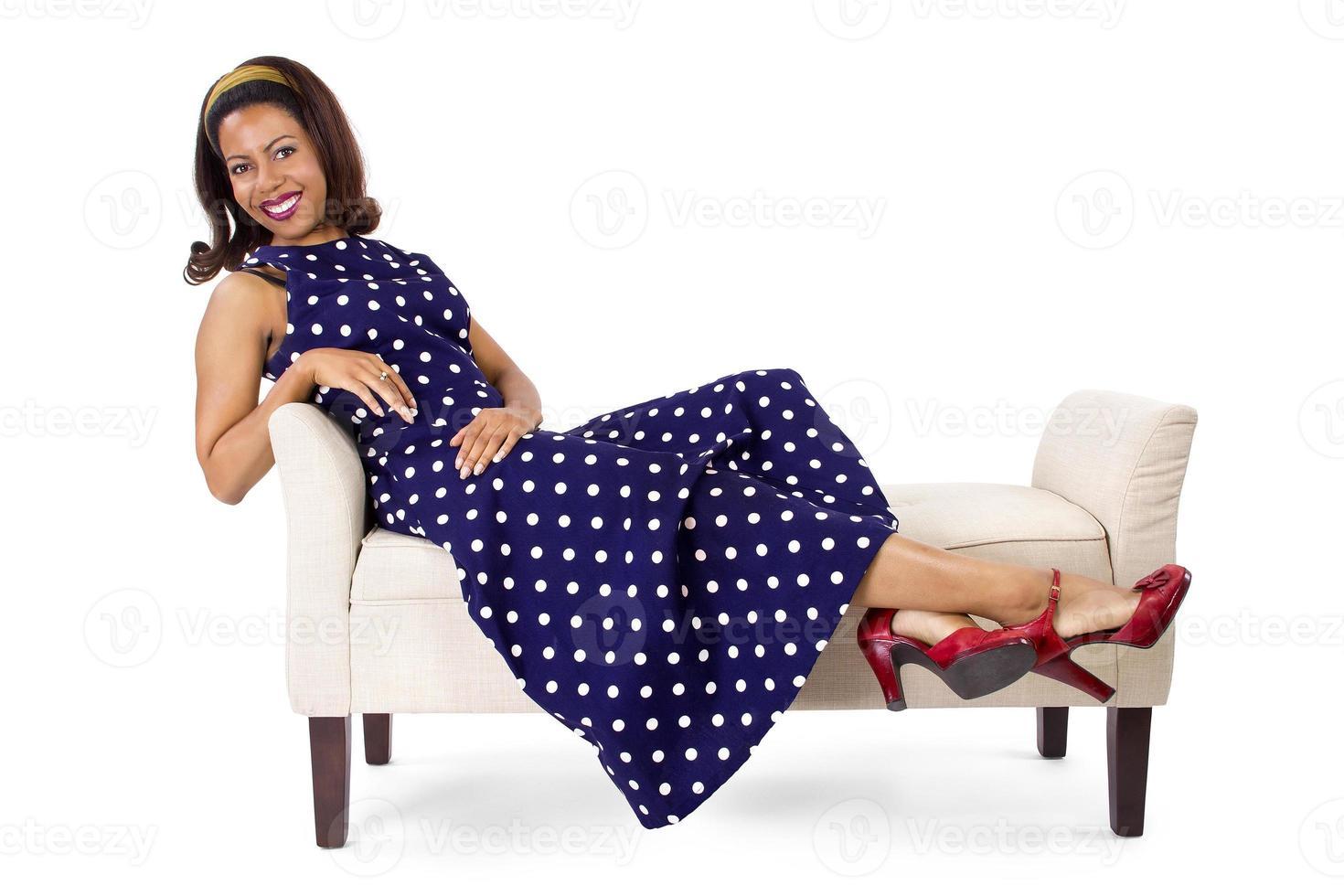 vintage stil kvinna som lägger på en schäslong foto