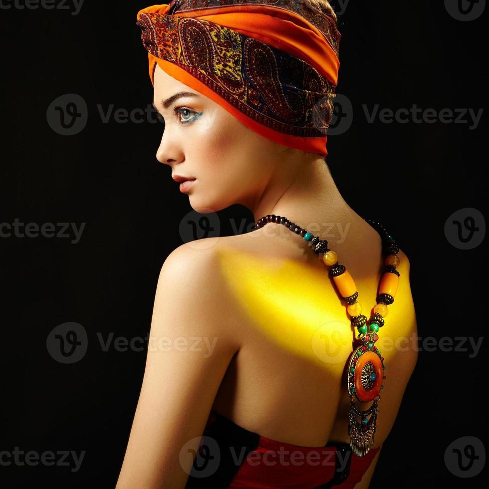 porträtt ung vacker kvinna med halsband foto