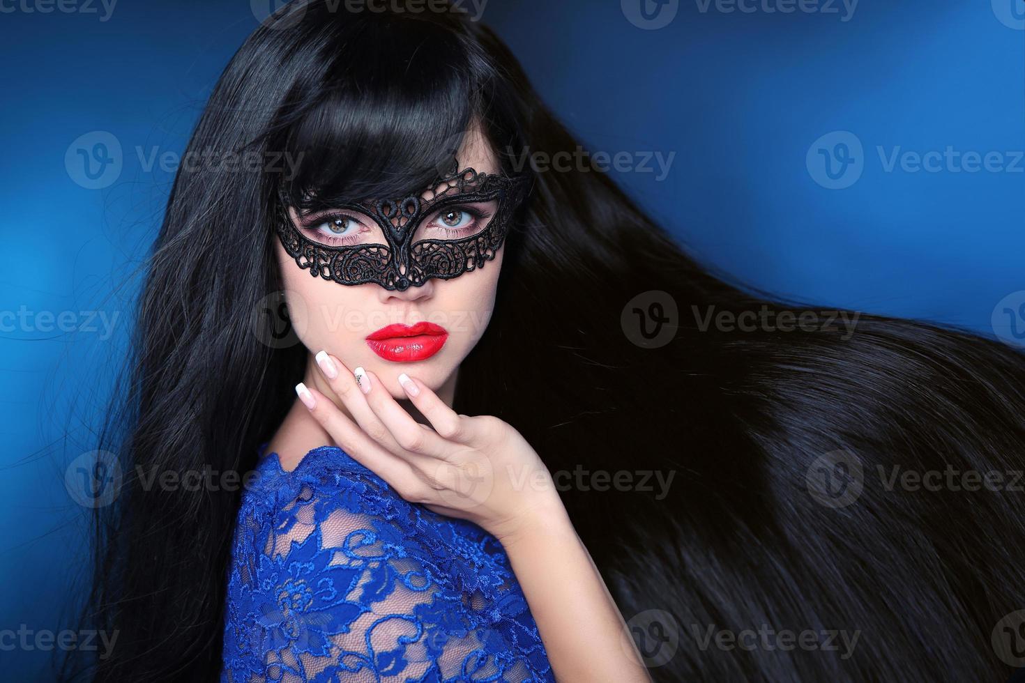 vackert friskt hår. skönhet kvinna i mask med lyxiga foto