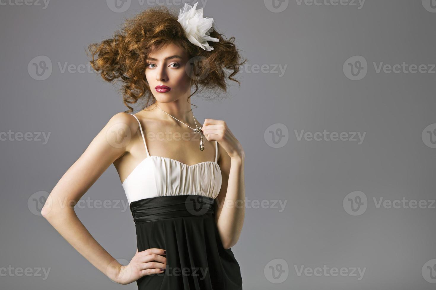 vacker kvinna med friskt långt brunt hår och färsk makeup foto
