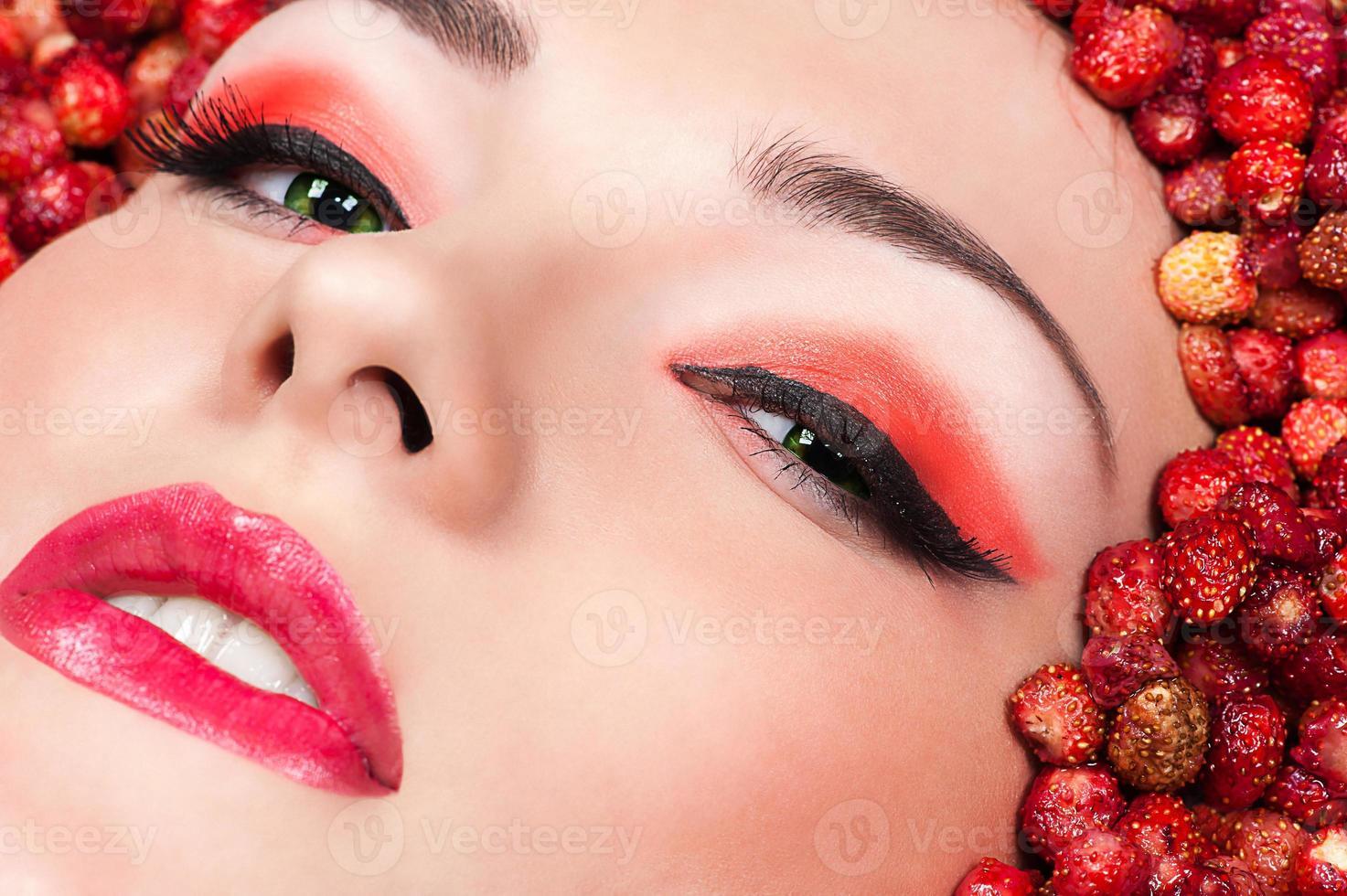 kvinna i vild jordgubb närbild foto