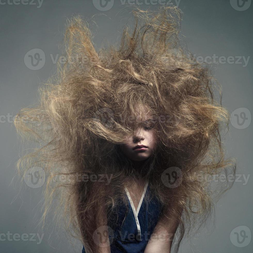 ung flicka med en volym trendig frisyr foto