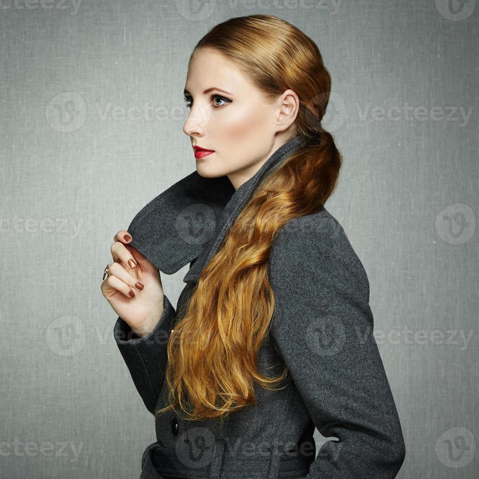 porträtt av ung kvinna i höstrock foto