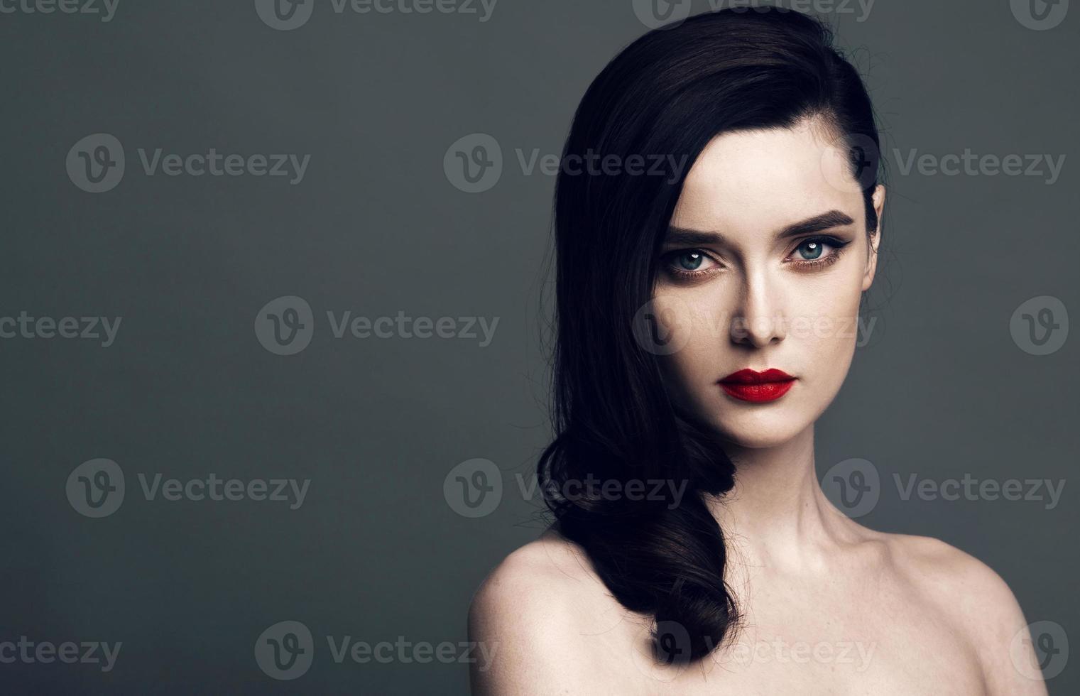 vackert ansikte av en glamourkvinna med ljust smink foto