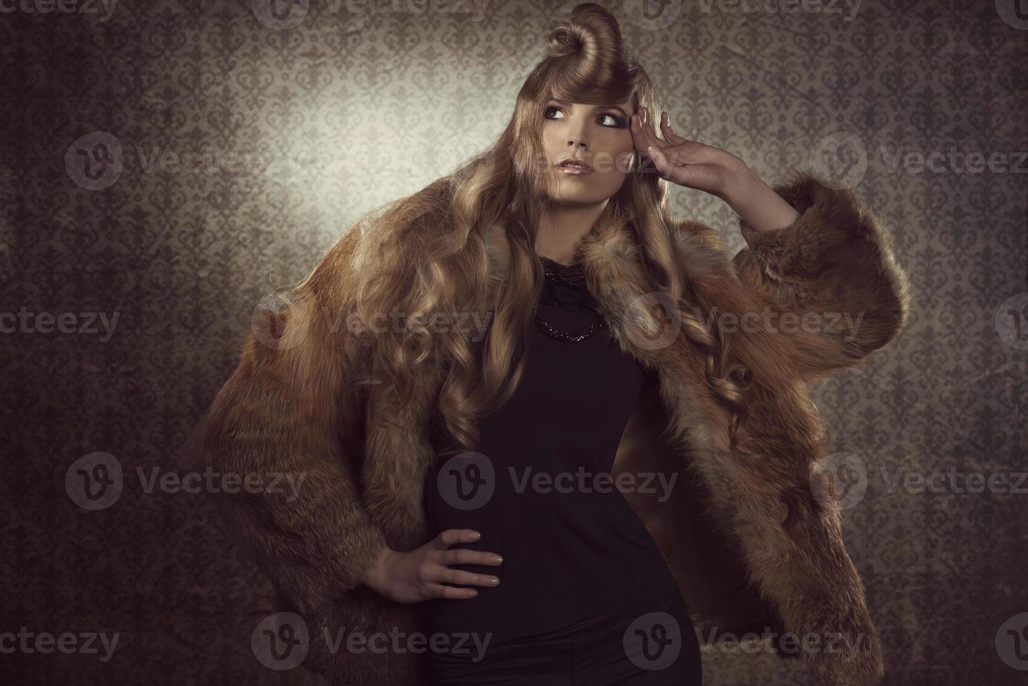 blond tjej med vintermodestil foto