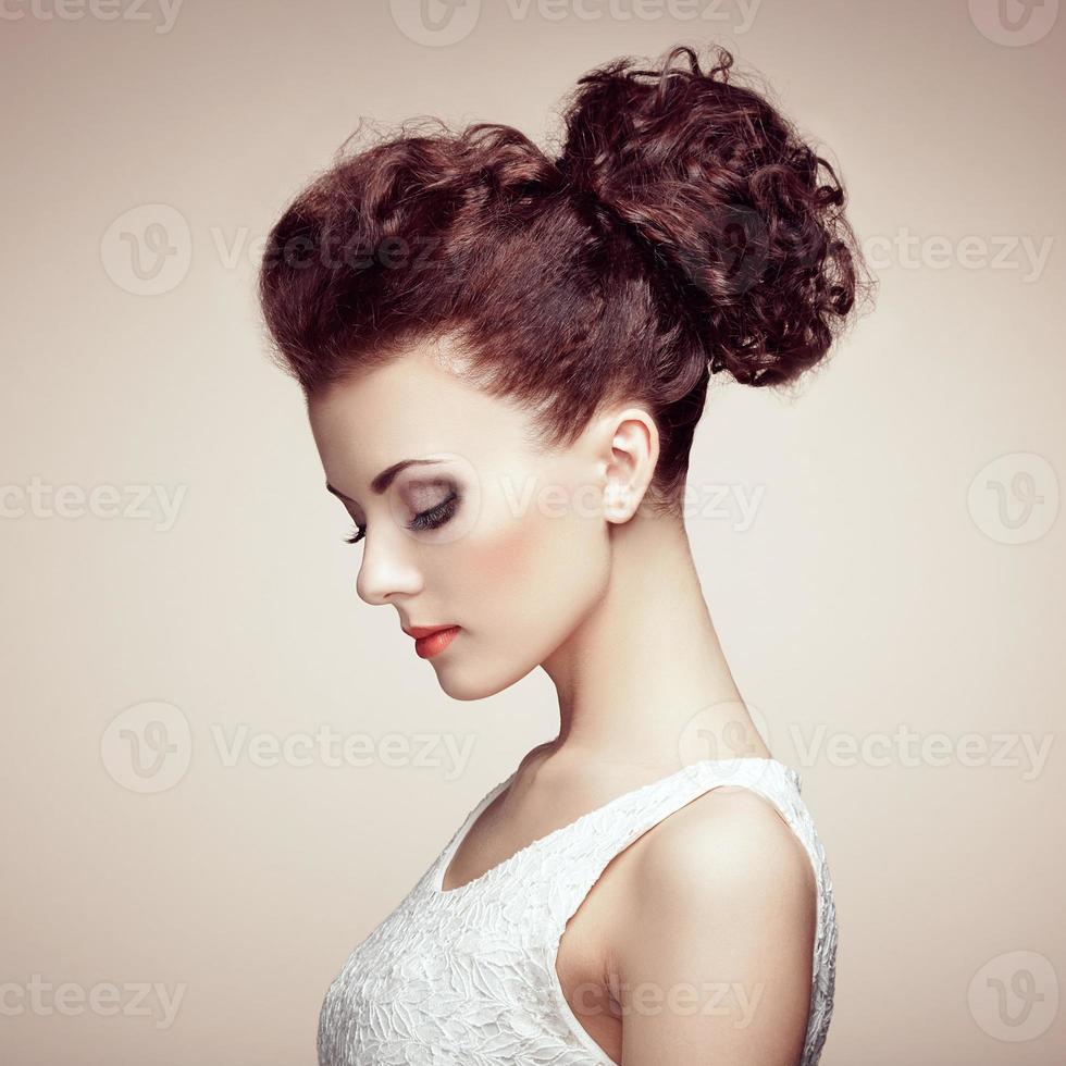 porträtt av vacker sensuell kvinna med elegant frisyr. per foto