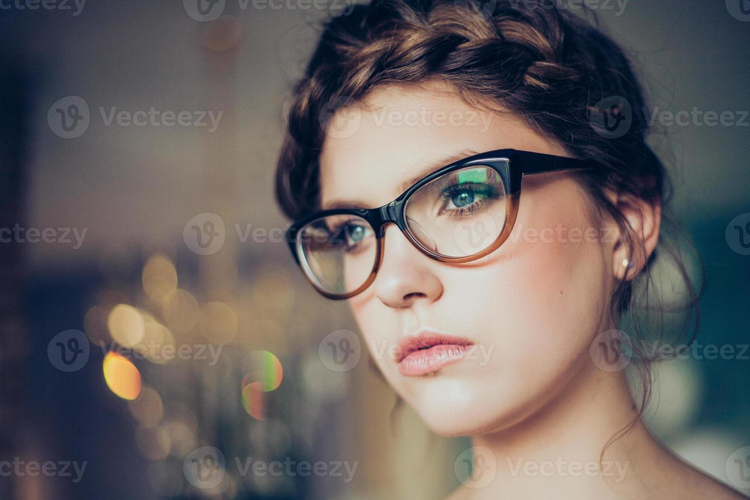 porträtt av ung kvinna som bär glasögon foto