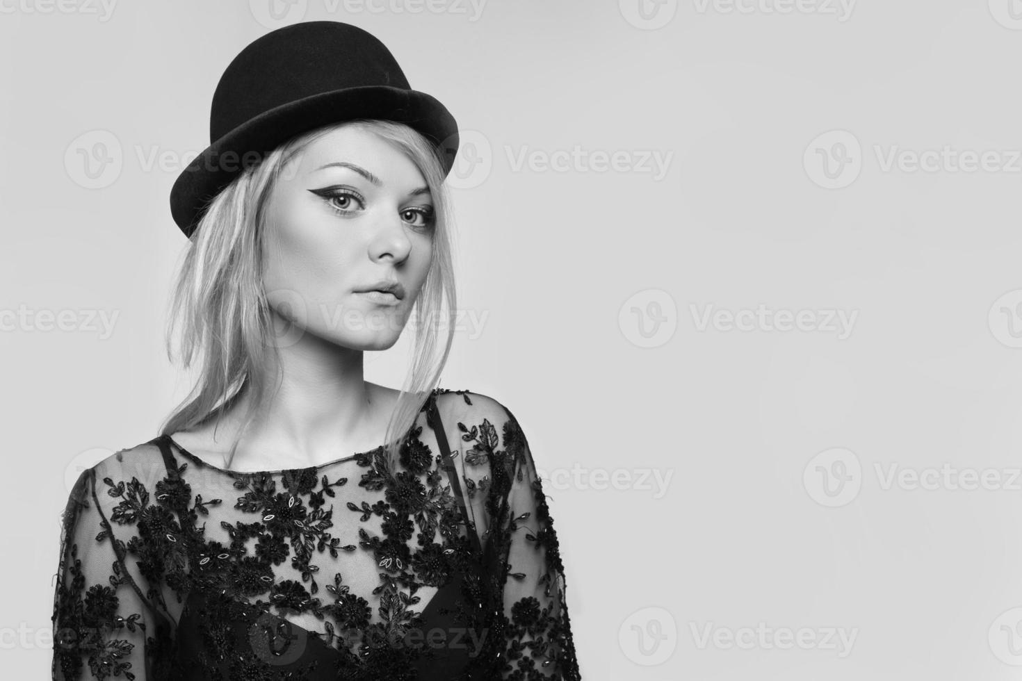 nära porträtt av vacker blond kvinna foto
