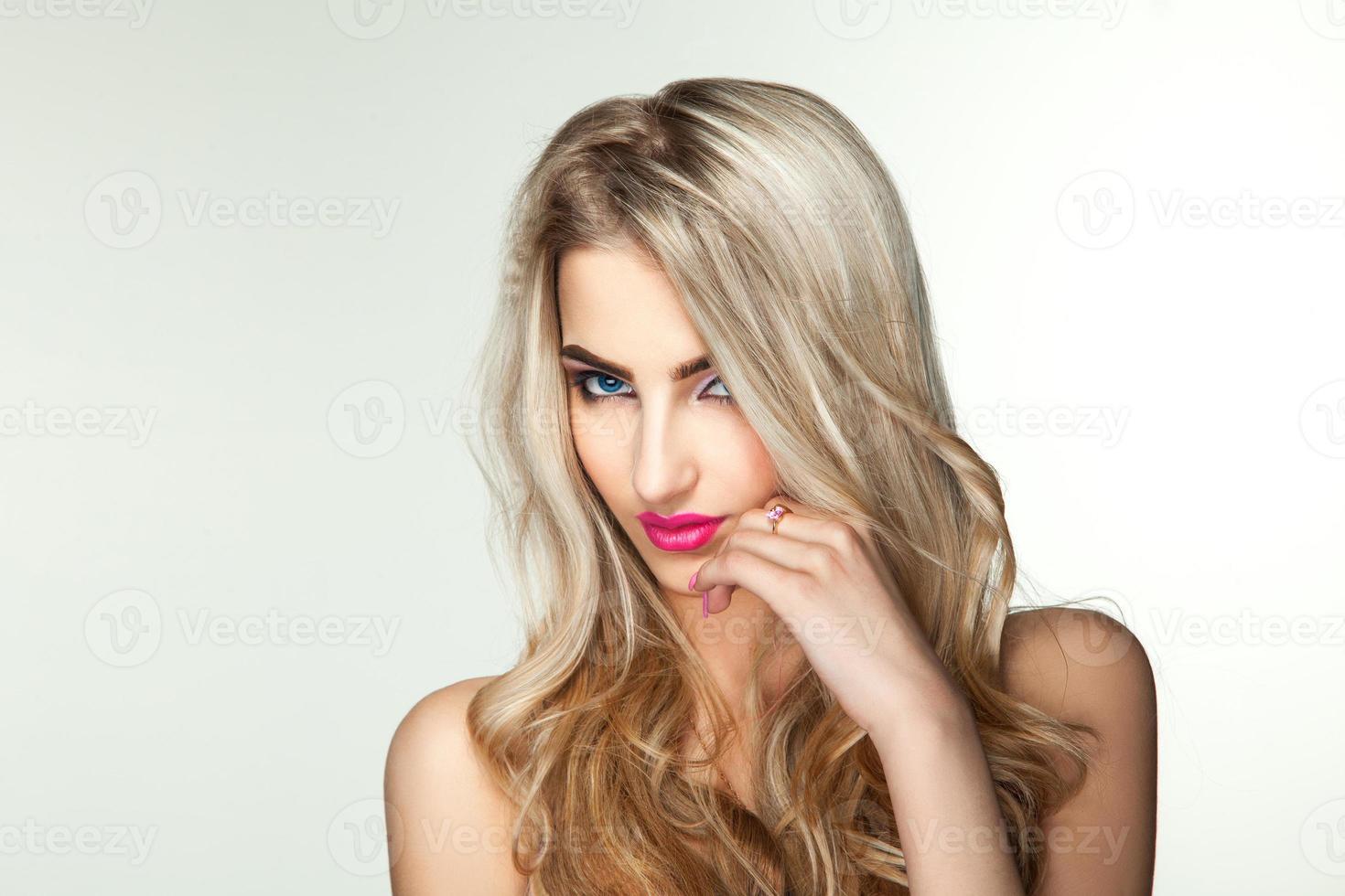 horisontell bild av den söta blonda flickan foto