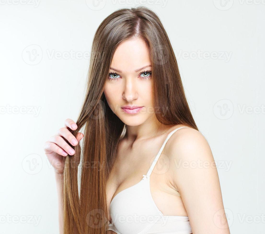 vacker kvinna med friskt långt hår foto