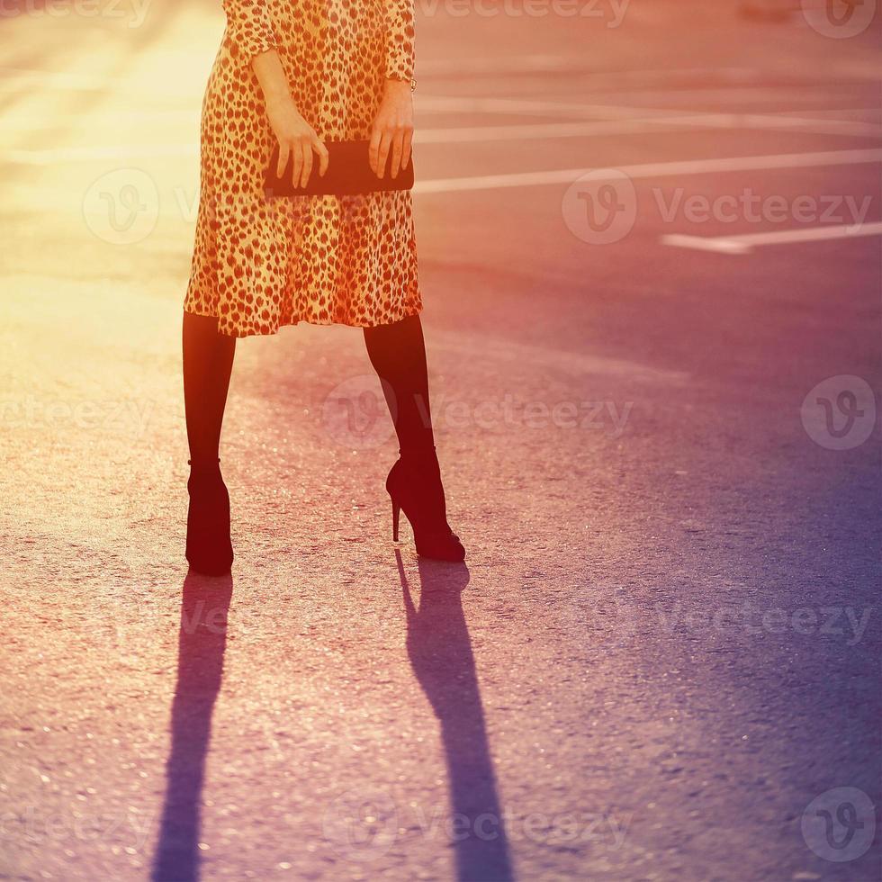 snyggt modekoncept, elegant vacker kvinna i leopardklänning w foto