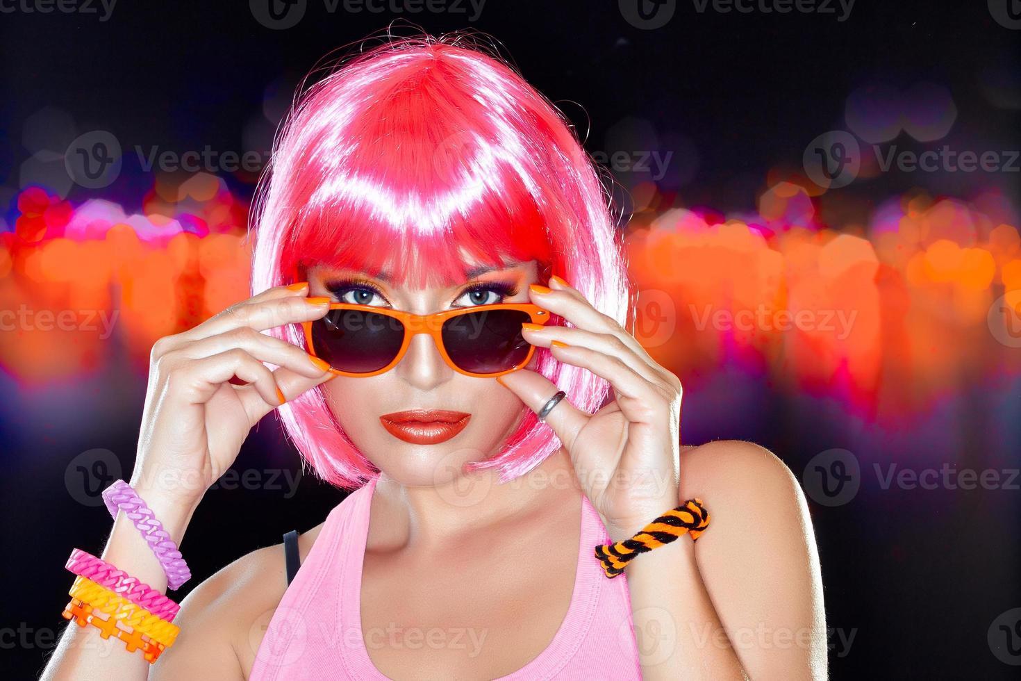 vacker fest tjej. snyggt rosa hår. foto