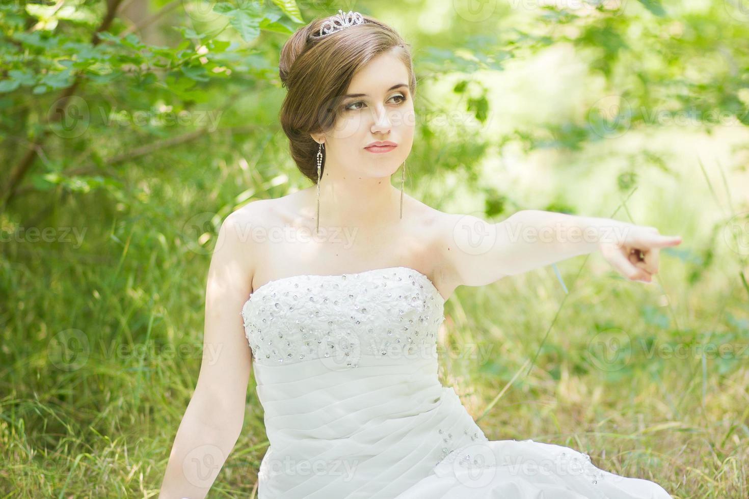 porträtt av en vacker ung brud i naturen foto