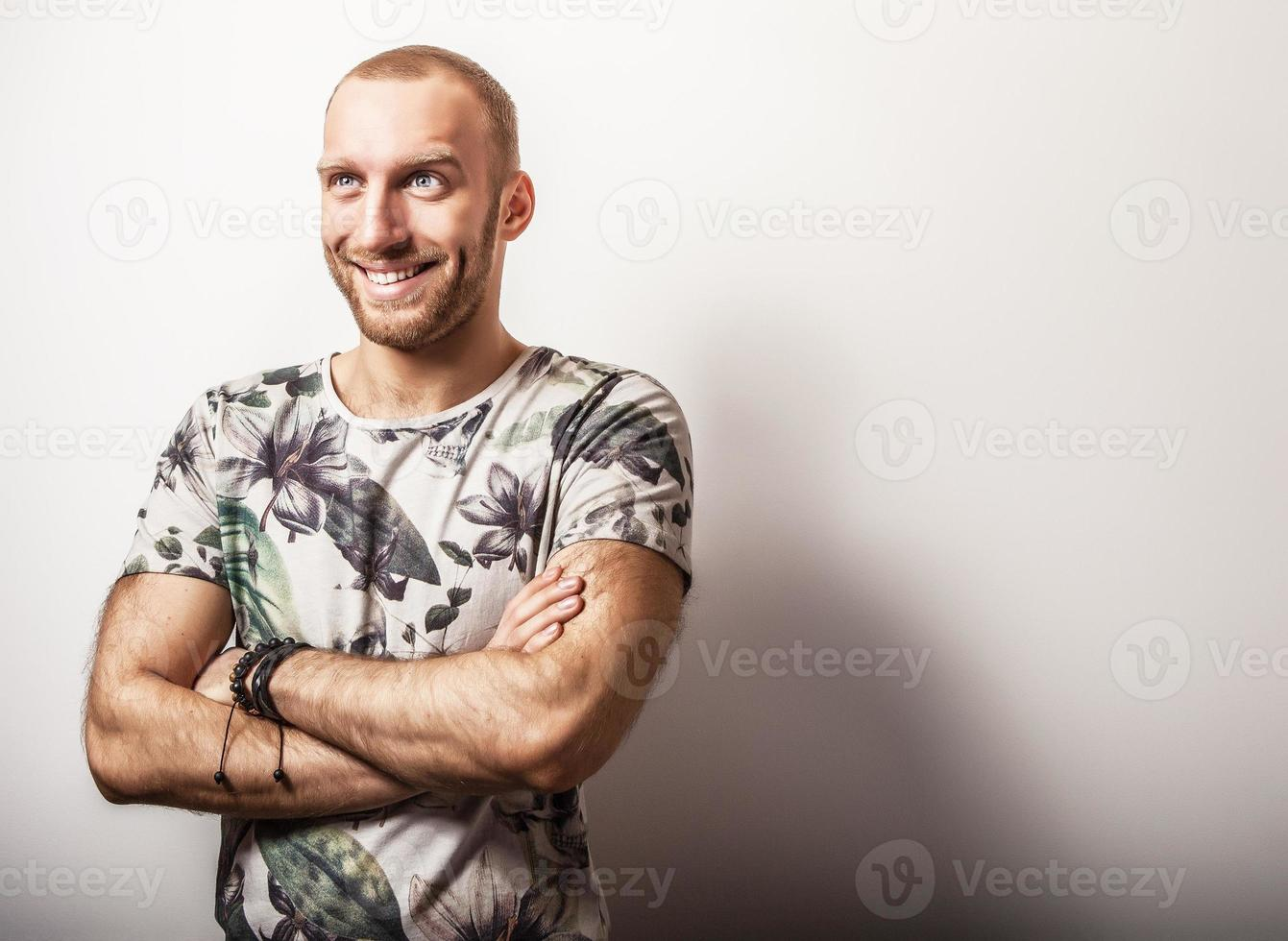elegant ung stilig man i ljusa färgglada t-shirt. foto