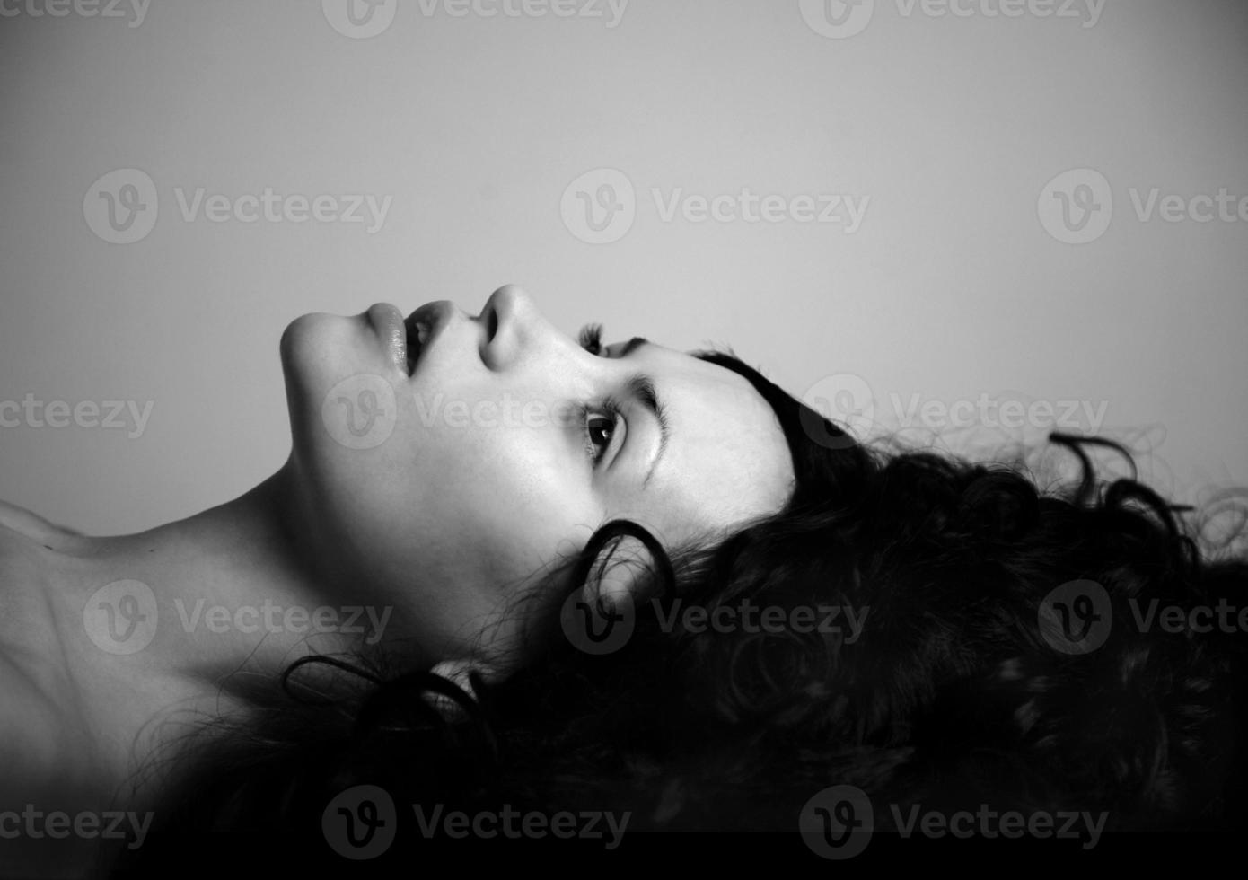 elegant tjej med svart hår foto
